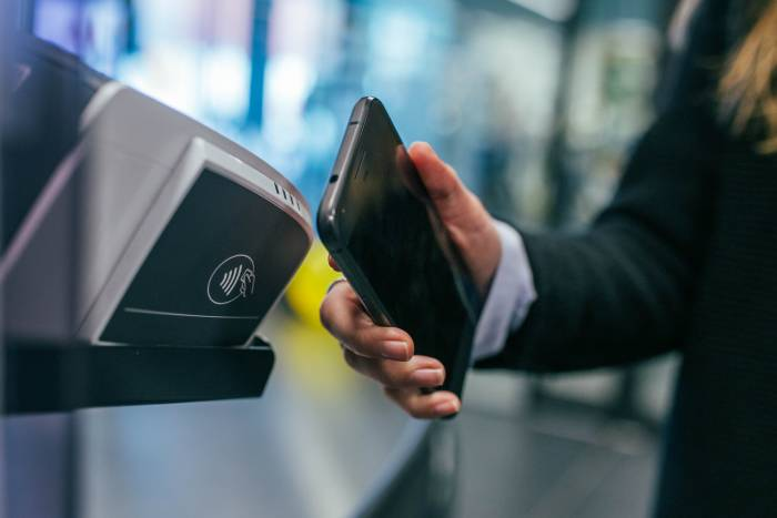 Ilustrasi sistem pembayaran dengan fitur NFC