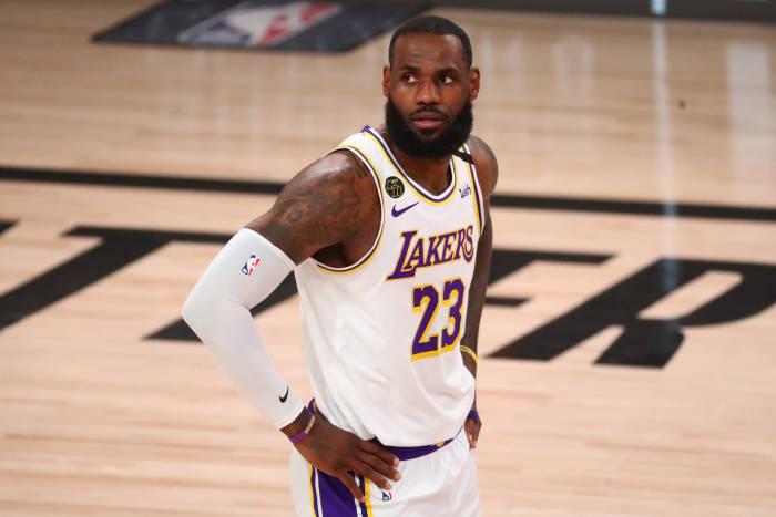 Penyerang Los Angeles Lakers LeBron James (23) bereaksi selama babak pertama