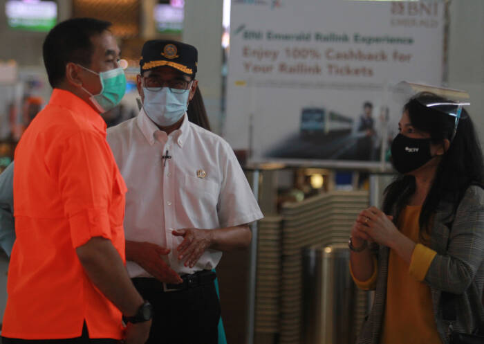 Menteri Perhubungan Budi Karya Sumadi (tengah) didampingi Direktur Utama Angkasa Pura II Muhammad Awaluddin (kiri) berbincang dengan seorang calon penumpang (ANTARA FOTO/Muhammad Iqbal)