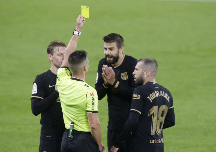 Gerard Pique dari Barcelona mendapatkan kartu kuning oleh wasit Carlos del Cerro Grande