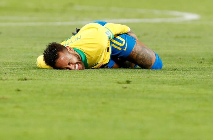 Neymar dari Brasil bereaksi setelah mengalami cedera