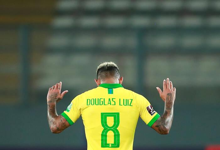 Douglas Luiz dari Brasil merayakan setelah pertandingan