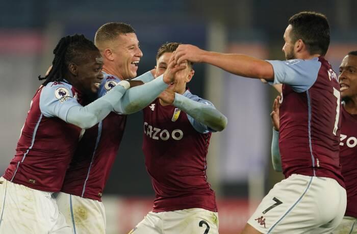 Ross Barkley dari Aston Villa merayakan mencetak gol pertama mereka dengan rekan satu tim