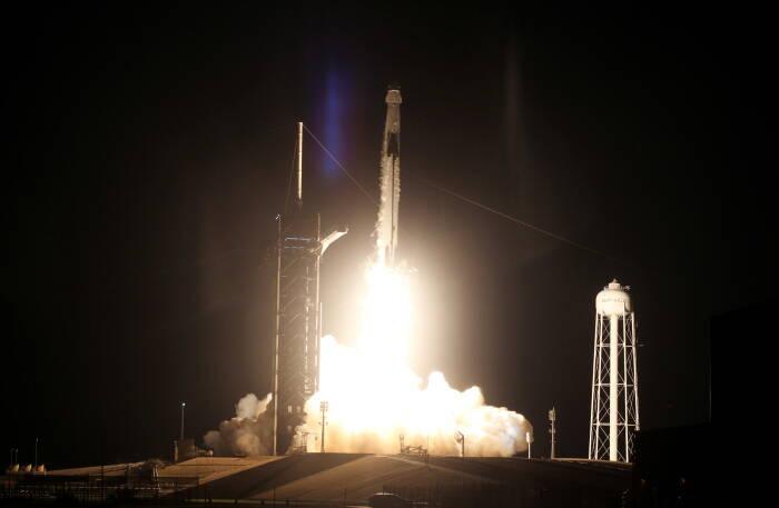 Roket SpaceX Falcon 9, diatapi kapsul Crew Dragon, diluncurkan membawa empat astronot dalam misi operasional pertama awak komersial NASA di Kennedy Space Center di Cape Canaveral, Florida, AS.