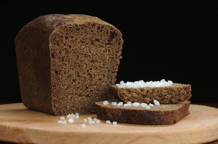 Roti dan garam sebagai hadiah pindah rumah di Jerman.