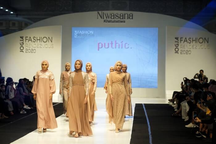 Model memperagakan busana saat acara Jogja Fashion Rendezvous 2020 di Atrium Jogja City Mall