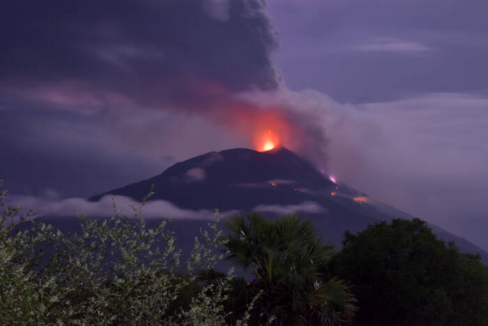Gunung Api Ili Lewotolok mengeluarkan material vulkanik saat erupsi di Kabupaten Lembata