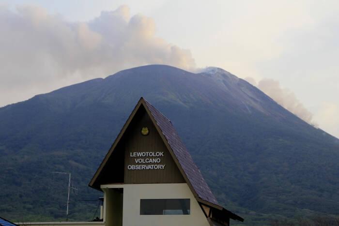 Gunung api Ili Lewotolok mengeluarkan material vulkanik