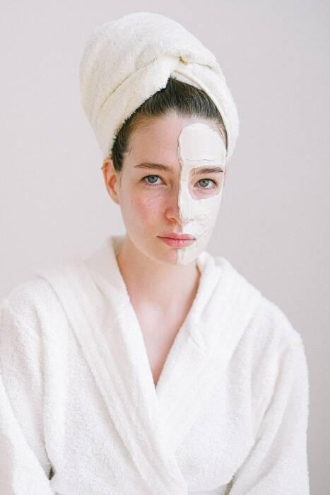 Ilustrasi penggunaan sleeping mask. (Photo by Anna Shvets from Pexels)