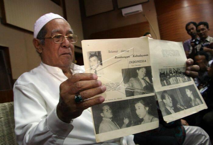 Soebroto, salah seorang teman Saiful Bahri dan salah satu pemain Orkes Studio Djakarta menunjukkan kliping tentang Saiful Bahri serta kelompok orkesnya 2009 yang lalu. (Antara)