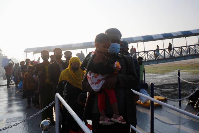 Rohingya bersiap untuk naik kapal