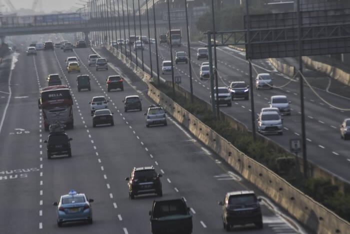 Sejumlah kendaraan melintas di tol Jakarta-Cikampek