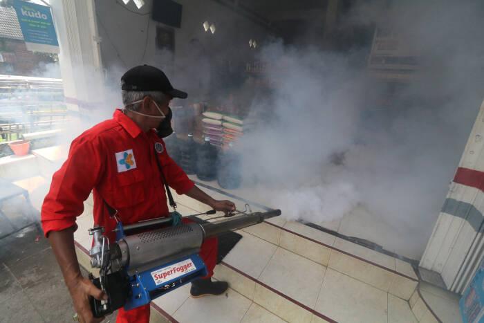Petugas Dinas Kesehatan melakukan pengasapan (fogging) di Kelurahan Banaran