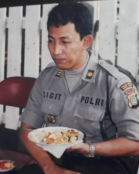 Listyo Sigit Prabowo saat makan nasi kerupuk. (Ist)