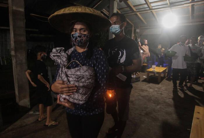 Sejumlah keluarga duka melakukan prosesi ritual adat Tantulak Ambun Rutas Matei