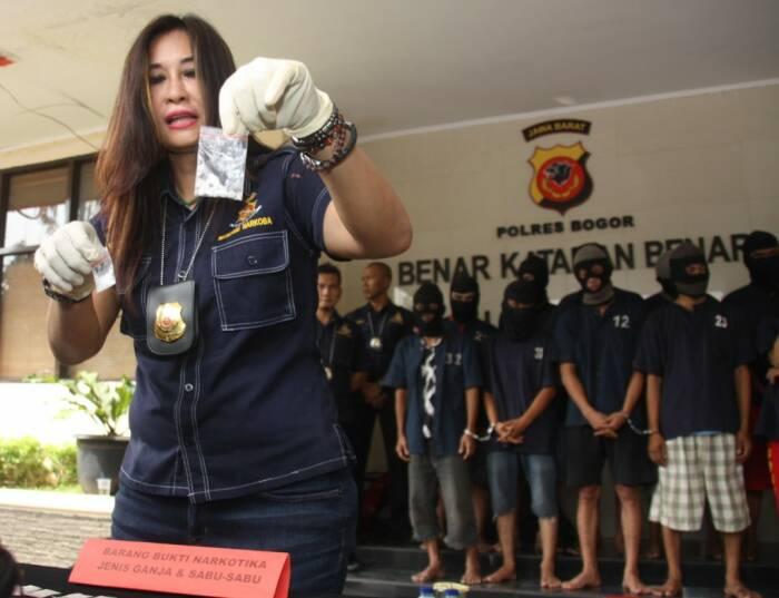 Kompol Yuni Purwanti saat menangkap penjahat. (Ist)